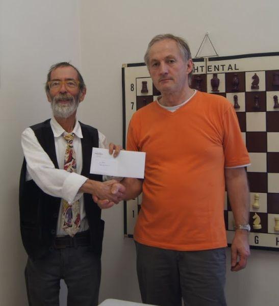 Turnierorganisator Ferdinand Bäuerle (li.) überreicht Velimir Kresovic den Siegerpreis