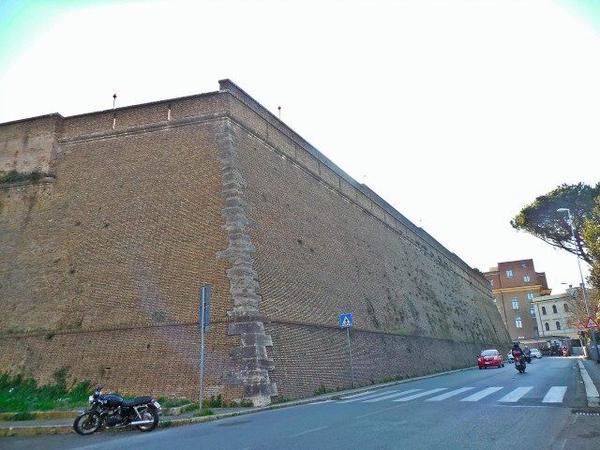 Zidul masiv care înconjoară Vaticanul