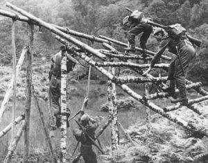 Tening jednostek Commando był naprawdę morderczy. Żołnierze ćwiczyli wszystko to co mogło im się przydać później podczas wykonywania niebezpiecznych misji za liniami wroga. Jak się okazało taka zaprawa była nieoceniona również w barowych bójkach