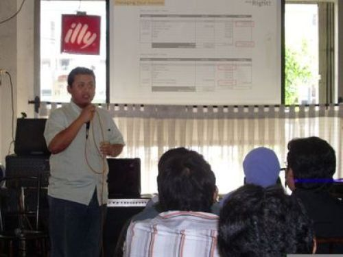 chandra marsono saat persentasi di seminar freelancing done right