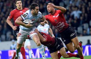 acing's French fly-half Remi Tales (L) vies with Toulon's New Zealander's wing Tom Taylor (R)