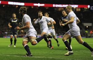 Geoff Parling makes a break for the tryline
