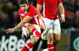 Leigh Halfpenny is staying in Toulon