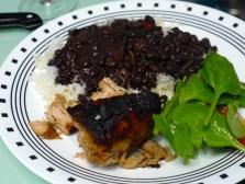 Arroz y frijoles negros con puerco asado