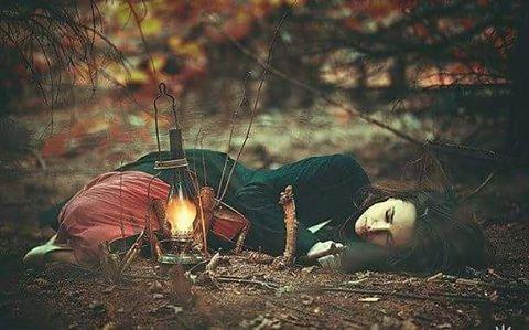 Ben söz verdim kendimeArtık gidenlerin ardından ağlamayacağımRakı ya  yüklenip geceye de kıymayacağımSusturacağım içimdeki tiz çığlıklarıArtık hiçbir düşümün manzarası olmayacaksınVe hiçbir gün batımına vermeyeceğim adınıTütün kokan sakallarımdan silindi dudak izlerinVe artık inan bana umurumda bile değil gözlerin…Sahildeki Şair Sinan Yıldızlı