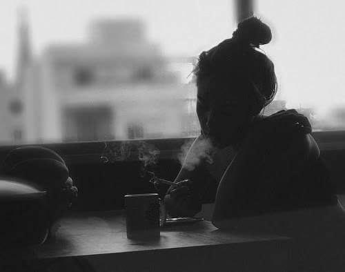 Bugün her zaman gittiğim çay bahçesinde bir kadına rastladım.Karşımdaki masaya oturdu ve bir kahve söyledi.Bir ara gözleri denize daldı uzunca bir süre dudaklarını ısırdı.Gözbebekleri kuruydu belki ama belliydi içine ağlıyordu.Çekinerek gittim masasına ve müsade istedim.Gözlerine baktığımda  buğulu bir çift zümrüt bakışı gördüm.Öylesine sır doluydu ki sanki konuşsa tüm deniz taşacak gibi bakıyordu.Afedersiniz bişeymi oldu dedim ?Eğdi başını ve utanarak yok  hayır iyiyim dedi.İyiyim dedi demesine ama ne titreyen sesine engel olabiliyordu nede ellerine.Hemen apar topar bir sigara yaktı  sevdim öyle çok sevdim ki şimdi ağlarsam ayıp olur dedi...SUSTUM!!! Sahildeki Şair Sinan Yıldızlı