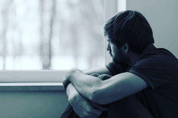Bu sana son mektubum sevgilim,Bugüne kadar yazdığım tüm mektupları yak,Avucuna tutuştur tüm küllerini,Kara çalmasın şiirlerim hasretinle,Yokluğuna alışmış gibi yaparım ben,Tuz serperim gittiğinden beri kanayan yollarına,Tüm türkülerden silerim hasretini,Aklın bende kalmasın, kalbine sıkışırım nasılsa geceleri,Nefesin kesilir hıçkırıktan nasılsa,Efkarlanıp yaktığın her sigarada,Yastığındaki yalnızlığında,Herhangi bir günün hemen hemen her anında çınlar kulakların,Sanki gitmemişsin gibi sofraya iki bardak koyacağım,Bilirsin ben çayı tek içemem sevgilim,Ekmeğin ucunu yine sana ayırırım,Zeytinden göz, birkaç maydanozdan saç, domatestendudak yaparım tabağına,Kimseye belli etmem yokluğunuVe söylemem yok olduğumu,Bu sana yazdığım son mektubum sevgilim,Okuduktan sonra bunu da yak,Ve yazdıklarımın hepsini unut,Çünkü sana yalan söyledim sevgilim,Ne sensizliğe alışabildim ne de sensiz bu şehre…Bu sözleri sana yazdım kitabından.... Sahildeki Şair Sinan Yıldızlıhttp://www.kitapyurdu.com#Şair #Şiir#Kitap #şiirsokakta #söz #felsefe #gece #hasret #özlemek #hayat #hayal #özlem #edebiyat #şehir