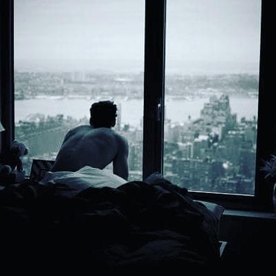 Bu sabah sıçrayarak fırladım yatağımdan,Sanki sesin yankılandı çatlak bir tonda,Yastığımda yasak bir mevsimin bahar kokusu ile uyandım,Bir umut bakındım sağıma soluma,Ama sadece özlemin vardı solumda,Sonra bir bulut kapısına dayandı gözbebeklerimin,Sebepsiz bir sağanak ıslattı kirpiklerinin değdiği yeri,Boş odalara sığamaz oldum,Tıpkı yüreğime sığamadığın gibi,Belli ki üstüm açık kaldı,Sen  yoktun ya örtende olmadı.Demem o ki,sevdası yüreğime and olmuş dilber.... Galiba ben seni özledimmi ne?  Sinan Yıldızlı#Şair #Şiir#Kitap #şiirsokakta#söz #edebiyat #şiirsokakta #yazarlarsokagi #özlemek #özlem #hasret #aşk #beklemek