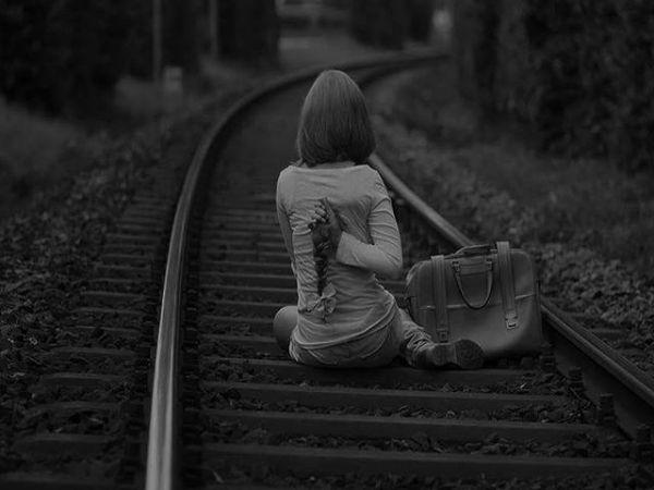 Gün olur beni hatırlarsan eğer,Aklına önce seni nasıl sevdiğim,Nasıl kutsal bildiğim gelsin,Ömrümü ömrüne katık edişim,Hıçkıra hıçkıra adını sayıklayışım,Aldanışım ve sana en çok benim inanışım gelsin... Gün olur beni hatırlarsan eğer,Zindan ettiğin düşlerimi hatırla,Prangalar vurduğun hayallerimi,Kayıp olan gülüşlerimi,Ve yüreğimin tam ortasına yaktığın ateşleri hatırla.... Gün olur beni hatırlarsan eğer,Bir zamanlar beni de çok seven biri vardı,Hiç uğruna tükettim onu de,Anlayamadım değerini,O beni hayatındayken ilahlaştırmıştı,Ben onu kaybedince de... Gün olur beni hatırlarsan eğer, diyorum!Çünkü ben seni hiç hatırlamayacağım,Hatırlamak için unutmak gerek,Ve ben yemin ederim seni hiç unutmayacağım... Gün olur beni hatırlarsan eğer,Bir papatya koy ceketinin cebine,Sarısı senin beyazları benim olsun,Ve bir gün seni unutursam eğer,O beyazlar kefenim olsun.  Sinan Yıldızlı / Sahildeki Şair#Şair#Şiir #şiirsokakta#söz#edebiyat #Farkındamısın #özlemek #özlem #hasret #aşk #hasret #hayat #hayal #tahir #busözlerisanayazdım #yeni#hasret #Kitap #edebiyat #kitapkurdu #akşam #repost