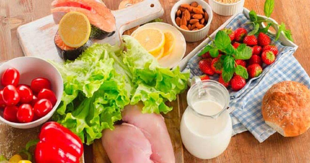 QUÉ ES LA B12: Es la vitamina más compleja que existe. Su estructura química, en realidad, está formada por varios compuestos llamados cobalaminas. El cuerpo humano precisa de esta vitamina en cantidades ínfimas (unos pocos microgramos) para la obtención de energía, para producir eritrocitos y para el mantenimiento del sistema nervioso.