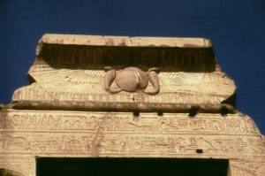 Resim 7: Mısır'dan bir tapınak alınlığı