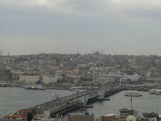 Eminönü ile Karaköy'ü birbirine bağlayan Galata köprüsünün, Haliç köprüsünün yanı sıra bu açıdan karşıya baktığınızda altı minaresiyle dikkat çeken Sultanahmet Camii ve dört minareye sahip Süleymaniye Camii'ni görürsünüz.