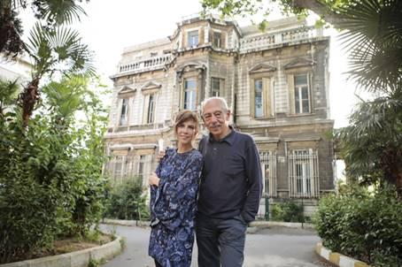 """Kadıköy Lisesi'nin içinde yer alan ve uzun yıllardır kullanılmayan tarihi konağın bahçesi; 7 Temmuz 2016 Perşembe akşamı prömiyeri gerçekleşecek """"Güneşin Sofrasında – Nâzım ile Brecht"""" adlı yeni oyuna ev sahipliği yapacak."""
