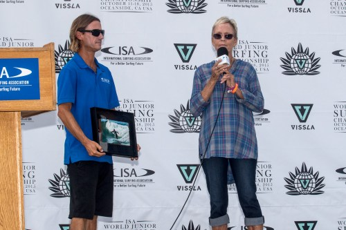 MaryLou Drummy is presented with the 2015 Surfing America Midget Smith Judging Award by ISA World Jr. Championship contest director Erik Krammer on Oct. 18, before the podium presentation of the gold medal to team USA. Photo: Surfing America/Jack McDaniel