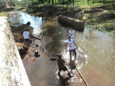 Jóvenes limpian arroyo capiateño. Foto: Gentileza Foro Juvenil Capiateño