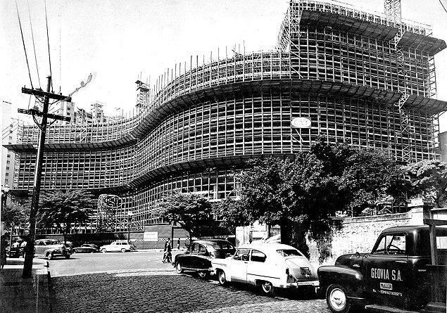O edificio Copan, em obras, em maio de 1957.