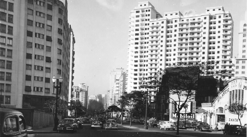 Postal de São Paulo em 1952. Na imagem é possível ver o terreno onde o Copan seria erguido e, no local, está um posto de gasolina Atlantic.