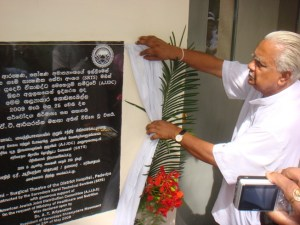 Dr. AT Aroyaratne unveiling the plaque at Padaviya Hospital