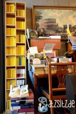 Altmoeller'sche Buchhandlung: Fokus auf ein zweispaltiges Regal voller gelber Reclam-Bände.