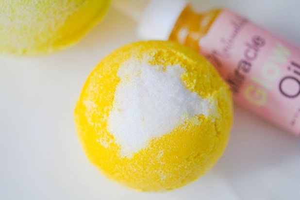Take advantage of this lemon season and invigorate your bath with these lovely lemon essential oil bathbombs.