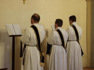 03 - Les trois diacres chantent la Passion tournés vers le Nord comme pour tout évangile.