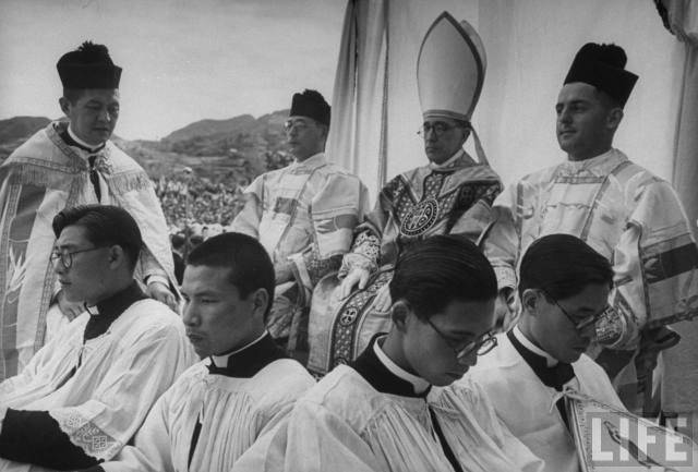 Nagasaki : juin 1949 – messe pontificale célébrée dans les ruines de la cathédrale en l'honneur des 400 ans de l'arrivée de saint François-Xavier au Japon