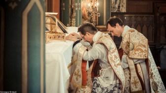 13-Immaculée Conception 2013 - Adoration du Corps du Seigneur par le prêtre et le diacre après la consécration