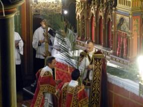 Rameaux 2014 - 8 - le prêtre donne son rameau au diacre
