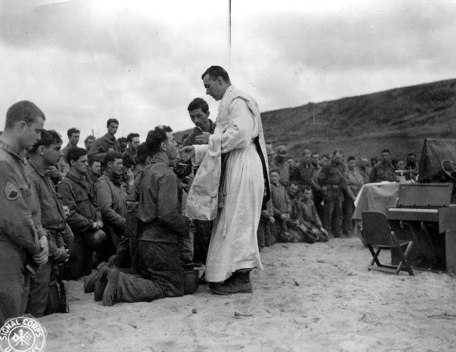 3. 12 juin 1944 - la sainte messe est célébrée à Omaha Beach