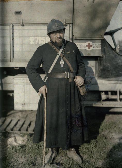 Abbé Even, aumônier de la 51ème division, casque militaire