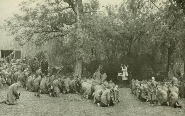 Des soldats français assistent à la messe avant d'aller à la bataille - Source = Vive la France - William Heinemann, Londres, 1916