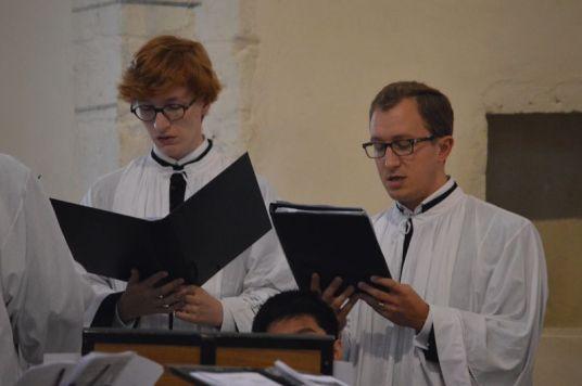 02 - Messe en la collégiale Saint-Martin de Bollène - les chantres chantent l'introït du dimanche