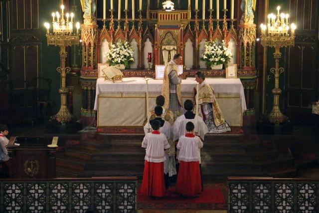 Messe de la solennité de l'Epiphanie - bénédiction du diacre qui va chanter l'Evangile par le célébrant.