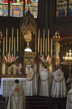 15-Vêpres de la Fête-Dieu devant le Très-Saint Sacrement exposé - Encensements au Magnificat