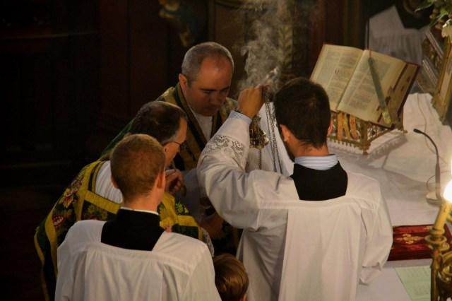 Imposition de l'encens pour l'évangile.