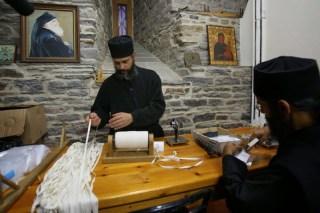 Fabrication de copies de la ceinture de la Vierge par les moines de Vatopedi