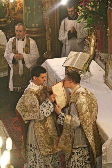 10 - Dimanche du Bon Pasteur 2016 - le sous-diacre donne le texte de l'évangile à baiser au célébrant