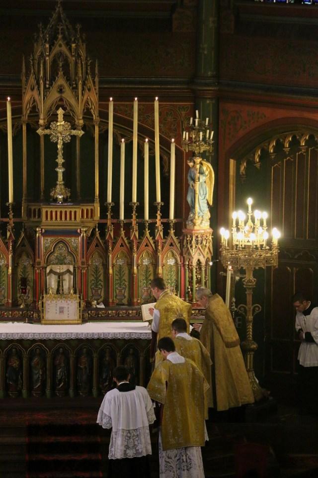 les prières au bas de l'autel