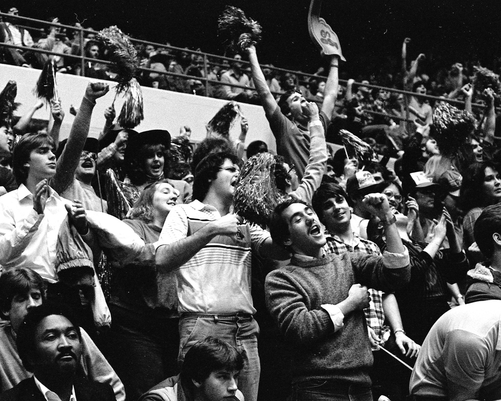 2112821389_888b499ff3_b_crowd-cheering