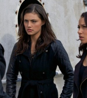 Pictured: Phoebe Tonkin and Jessica Parker Kennedy. Photo: Marcel Williams/The CW ©2012 The CW Network.