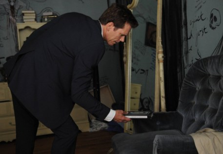 """Ryan Hardy (Kevin Bacon) discovers the cult house in the """"Chapter Two"""" episode of THE FOLLOWING airing Monday, Jan. 28 (9:00-10:00 PM ET/PT) on FOX. ©2013 Fox Broadcasting Co. CR: Sarah Shatz/FOX"""