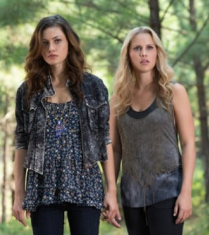 Pictured (L-R): Phoebe Tonkin as Hayley and Claire Holt as Rebekah -- Photo: Bob Mahoney/The CW