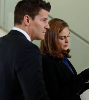 Brennan (Emily Deschanel, L) and Booth (David Boreanaz, L) investigate. Co.  Cr:  Patrick McElhenney/FOX