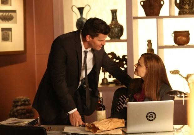Brennan (Emily Deschanel, R) and Booth (David Boreanaz, L). Co.  Cr:  Patrick McElhenney/FOX