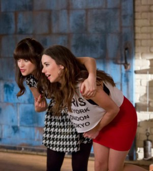 Jess (Zooey Deschanel, L) introduces her sister, Abby (guest star Linda Cardellini, R), to the gang in New Girl.  Co.  Cr:  FOX