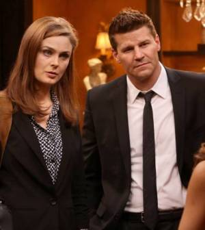 Brennan (Emily Deschanel, L) and Booth (David Boreanaz, R). Co. Cr: Patrick McElhenney/FOX