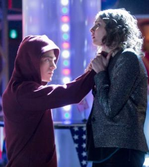 Pictured (L-R): Colton Haynes as Roy Harper and Willa Holland as Thea Queen -- Photo: Katie Yu/The CW