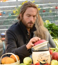 """Ichabod (Tom Mison) shops at a farmers market in """"Paradise Lost."""" Co. CR: Brownie Harris/FOX"""