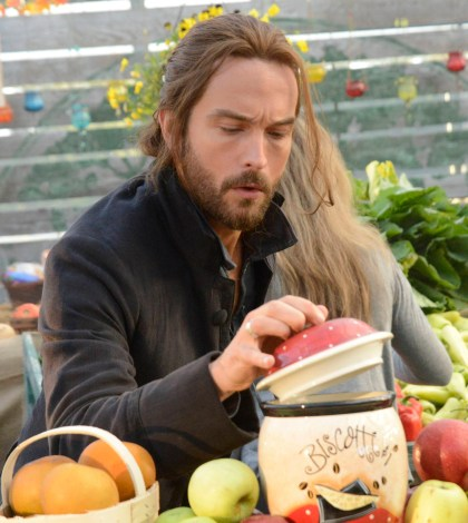 "Ichabod (Tom Mison) shops at a farmers market in ""Paradise Lost."" Co. CR: Brownie Harris/FOX"