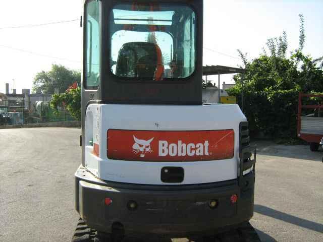Bobcat precipita in un dirupo: muore 60enne